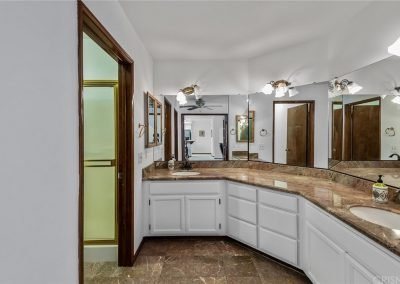 5534 Encino Ave - Bathroom