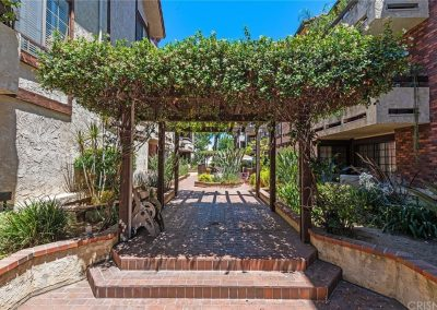 5534 Encino Ave - Community Entrance